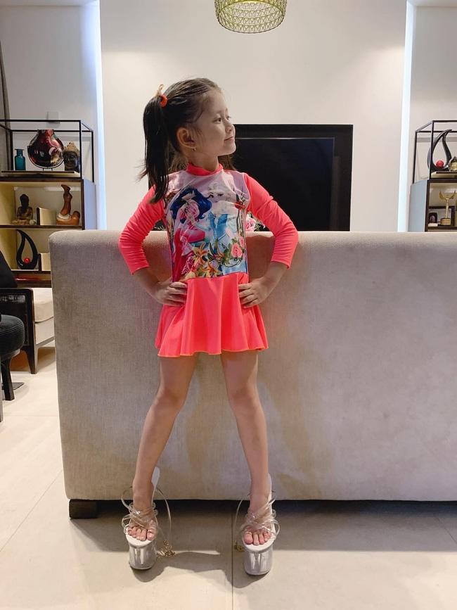 Mới 5 tuổi nhưng con gái Trang Trần đã tạo dáng cực đỉnh với giày cao gót, đến mẹ còn phải đắc ý: Hổ phụ sinh hổ tử - Ảnh 3.