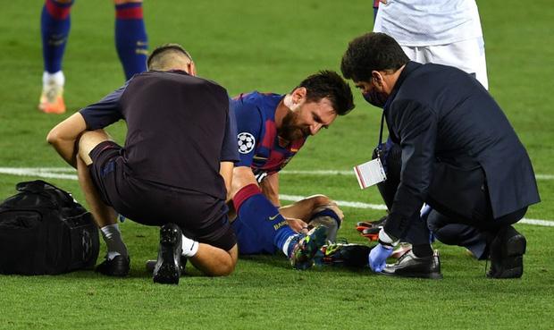 Cận cảnh tình huống Messi liều lĩnh khiến cả thế giới sợ hãi: Bị đá bay chân trụ vì thò chân ngăn đối thủ phá bóng - Ảnh 4.
