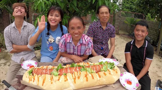 Làm bánh mì xúc xích siêu to khổng lồ nhưng Bà Tân Vlog lại bị bắt lỗi vì dùng lại chảo dầu cũ đã đen sì - Ảnh 7.