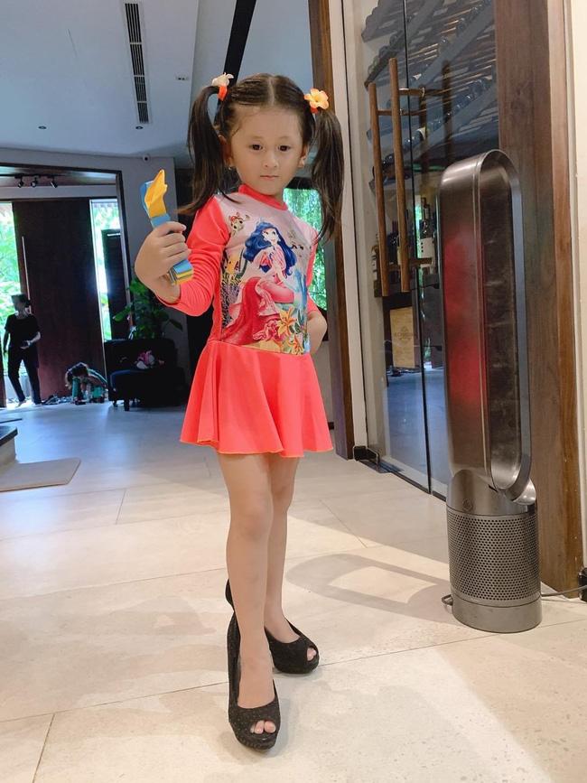Mới 5 tuổi nhưng con gái Trang Trần đã tạo dáng cực đỉnh với giày cao gót, đến mẹ còn phải đắc ý: Hổ phụ sinh hổ tử - Ảnh 4.