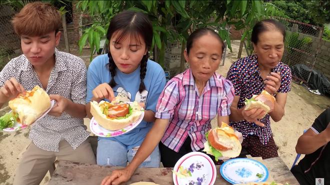 Làm bánh mì xúc xích siêu to khổng lồ nhưng Bà Tân Vlog lại bị bắt lỗi vì dùng lại chảo dầu cũ đã đen sì - Ảnh 8.