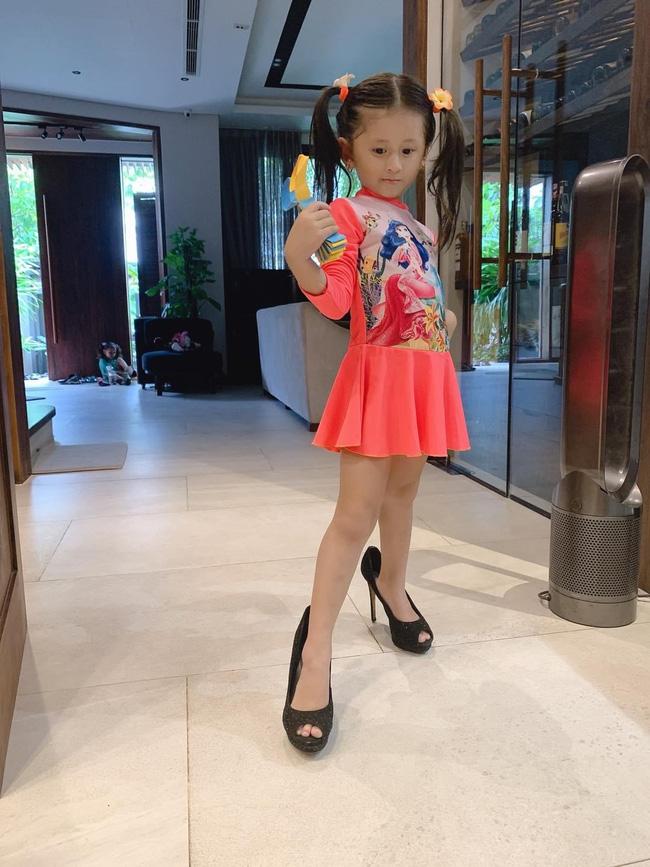 Mới 5 tuổi nhưng con gái Trang Trần đã tạo dáng cực đỉnh với giày cao gót, đến mẹ còn phải đắc ý: Hổ phụ sinh hổ tử - Ảnh 5.