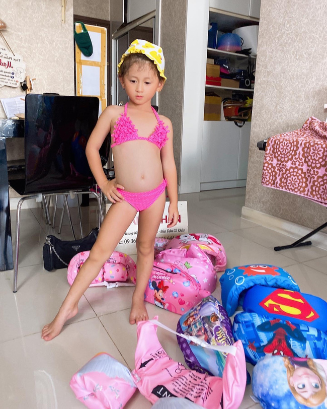 Mới 5 tuổi nhưng con gái Trang Trần đã tạo dáng cực đỉnh với giày cao gót, đến mẹ còn phải đắc ý: Hổ phụ sinh hổ tử - Ảnh 6.