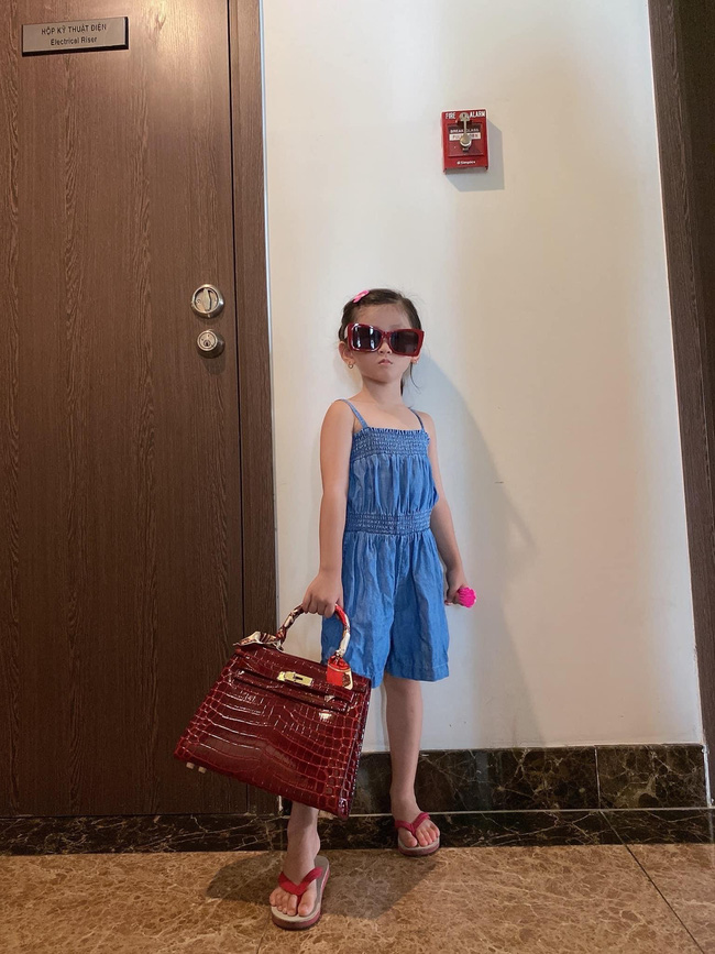 Mới 5 tuổi nhưng con gái Trang Trần đã tạo dáng cực đỉnh với giày cao gót, đến mẹ còn phải đắc ý: Hổ phụ sinh hổ tử - Ảnh 7.