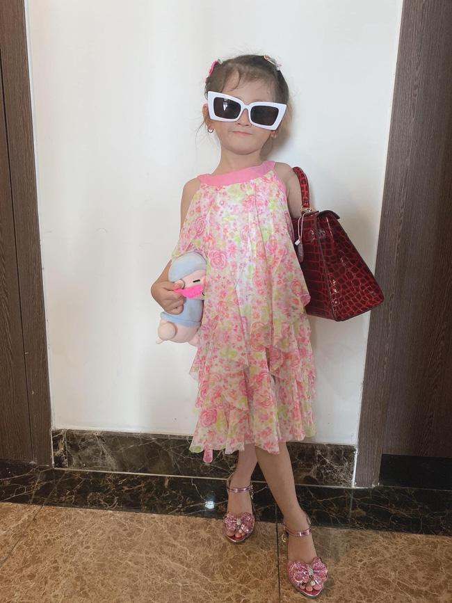 Mới 5 tuổi nhưng con gái Trang Trần đã tạo dáng cực đỉnh với giày cao gót, đến mẹ còn phải đắc ý: Hổ phụ sinh hổ tử - Ảnh 8.