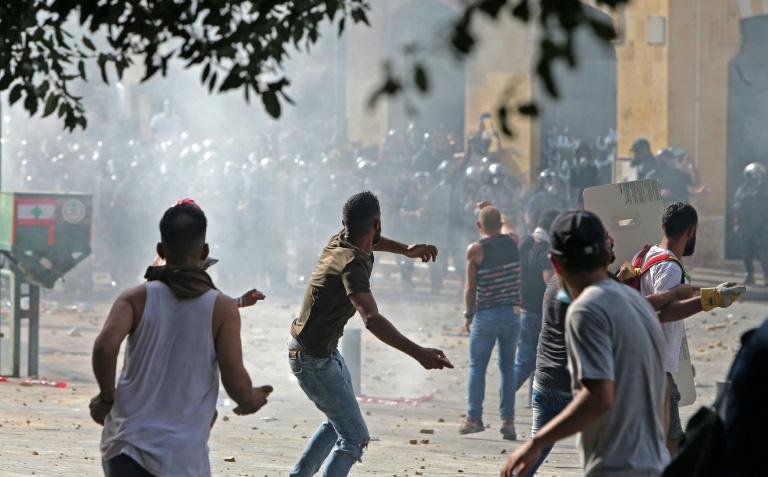10.000 người biểu tình Lebanon giận dữ, xông vào chiếm đóng, đập phá tòa nhà các bộ