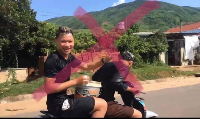 Công an triệu tập 2 quái xế gội đầu cho nhau khi đang đi xe máy - Ảnh 1.
