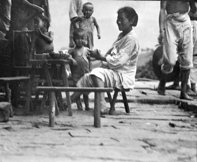 Loạt ảnh cũ khắc họa nét đẹp lao động thường ngày của phụ nữ Châu Á hơn 100 năm trước - Ảnh 2.