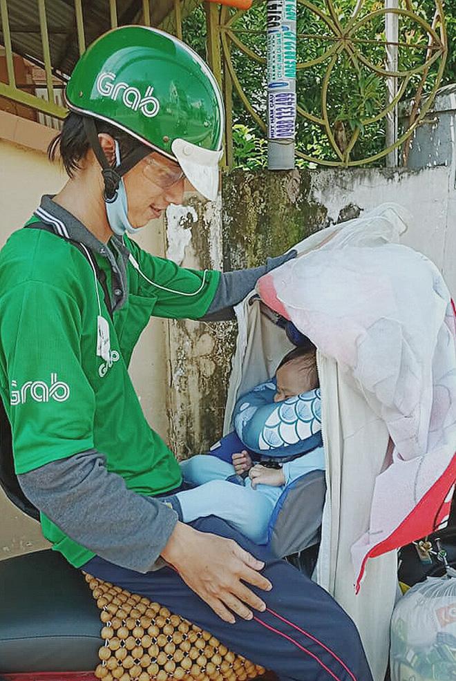 Gặp người cha địu bé trai 9 tháng tuổi chạy xe ôm ở Sài Gòn: 'Mình có lỗi với con, thấy con đi nắng mà xót lắm' - ảnh 1