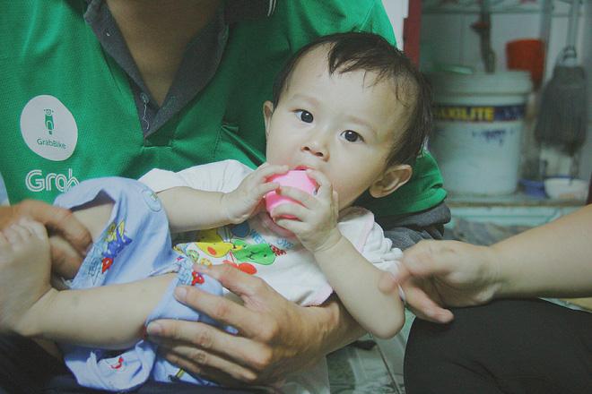 Gặp người cha địu bé trai 9 tháng tuổi chạy xe ôm ở Sài Gòn: 'Mình có lỗi với con, thấy con đi nắng mà xót lắm' - ảnh 2