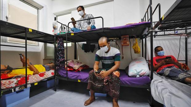 Bi kịch nghịch lý Covid-19 của Singapore: 300.000 người khốn khổ bị bỏ lại phía sau, trong khi cuộc sống đang dần trở lại bình thường - Ảnh 2.