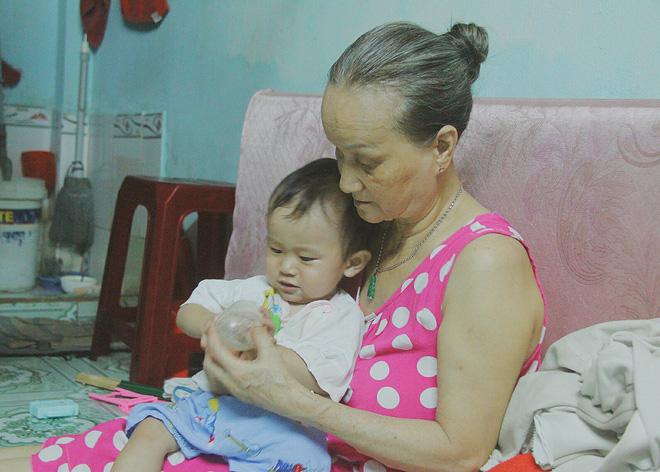 Gặp người cha địu bé trai 9 tháng tuổi chạy xe ôm ở Sài Gòn: 'Mình có lỗi với con, thấy con đi nắng mà xót lắm' - ảnh 11