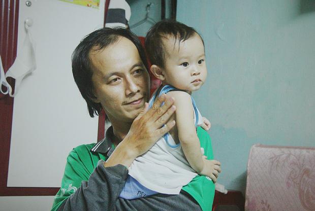 Gặp người cha địu bé trai 9 tháng tuổi chạy xe ôm ở Sài Gòn: 'Mình có lỗi với con, thấy con đi nắng mà xót lắm' - ảnh 12