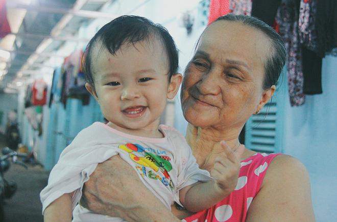 Gặp người cha địu bé trai 9 tháng tuổi chạy xe ôm ở Sài Gòn: 'Mình có lỗi với con, thấy con đi nắng mà xót lắm' - ảnh 13