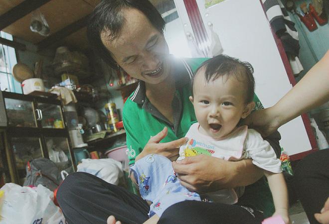 Gặp người cha địu bé trai 9 tháng tuổi chạy xe ôm ở Sài Gòn: 'Mình có lỗi với con, thấy con đi nắng mà xót lắm' - ảnh 14