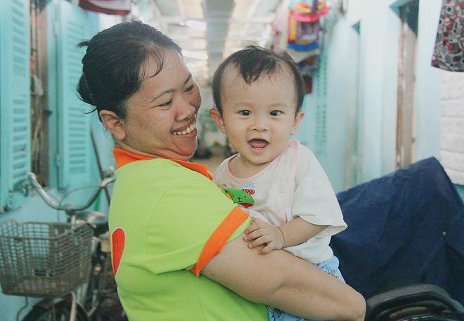 Gặp người cha địu bé trai 9 tháng tuổi chạy xe ôm ở Sài Gòn: 'Mình có lỗi với con, thấy con đi nắng mà xót lắm' - ảnh 16