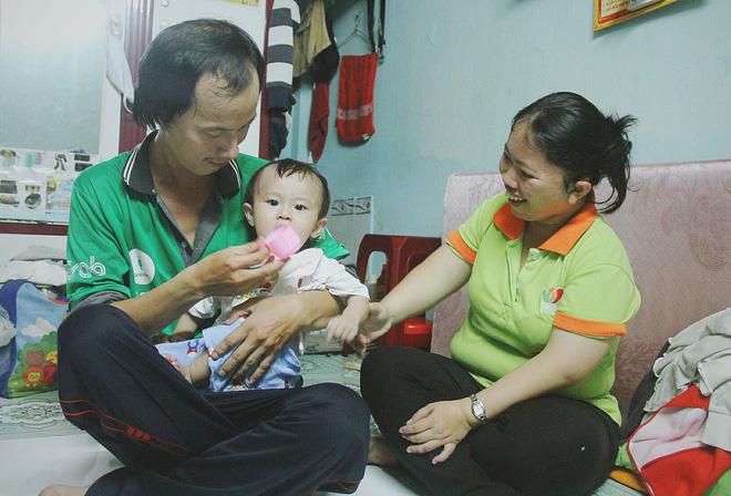 Gặp người cha địu bé trai 9 tháng tuổi chạy xe ôm ở Sài Gòn: 'Mình có lỗi với con, thấy con đi nắng mà xót lắm' - ảnh 17