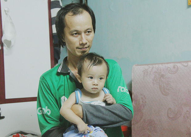 Gặp người cha địu bé trai 9 tháng tuổi chạy xe ôm ở Sài Gòn: 'Mình có lỗi với con, thấy con đi nắng mà xót lắm' - ảnh 3