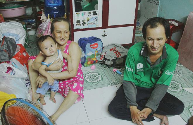 Gặp người cha địu bé trai 9 tháng tuổi chạy xe ôm ở Sài Gòn: 'Mình có lỗi với con, thấy con đi nắng mà xót lắm' - ảnh 4