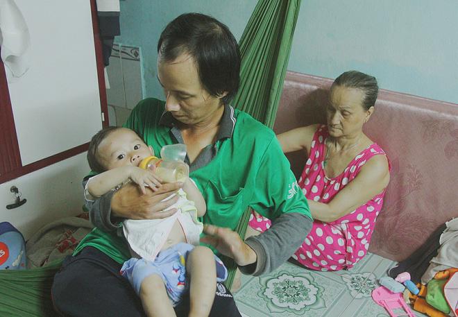 Gặp người cha địu bé trai 9 tháng tuổi chạy xe ôm ở Sài Gòn: 'Mình có lỗi với con, thấy con đi nắng mà xót lắm' - ảnh 6