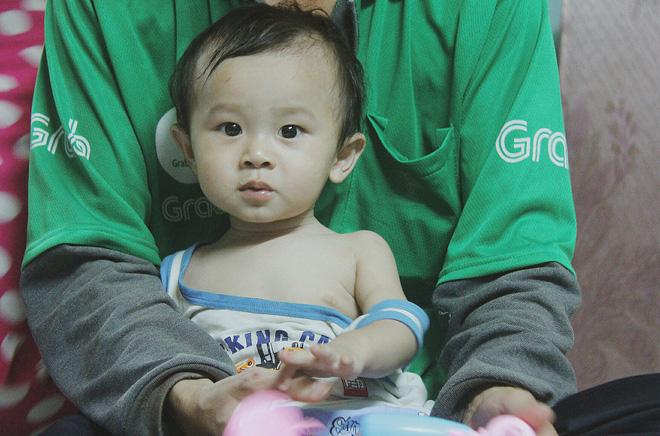 Gặp người cha địu bé trai 9 tháng tuổi chạy xe ôm ở Sài Gòn: 'Mình có lỗi với con, thấy con đi nắng mà xót lắm' - ảnh 10