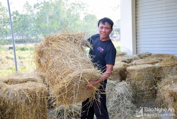 Anh nông dân huyện lúa Nghệ An bỏ 300 triệu mua máy cuộn rơm, thu bộn tiền mỗi ngày - Ảnh 1.