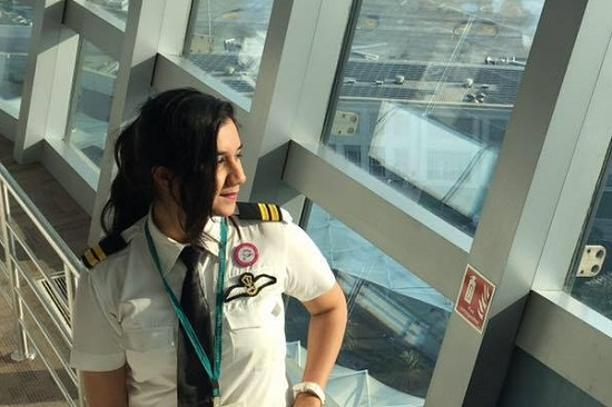 Ngoại hình xinh đẹp của nữ phi công trẻ nhất Ấn Độ, từng có bằng lái năm 16 tuổi - Ảnh 1.