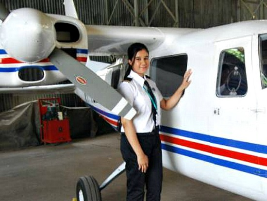 Ngoại hình xinh đẹp của nữ phi công trẻ nhất Ấn Độ, từng có bằng lái năm 16 tuổi - Ảnh 4.