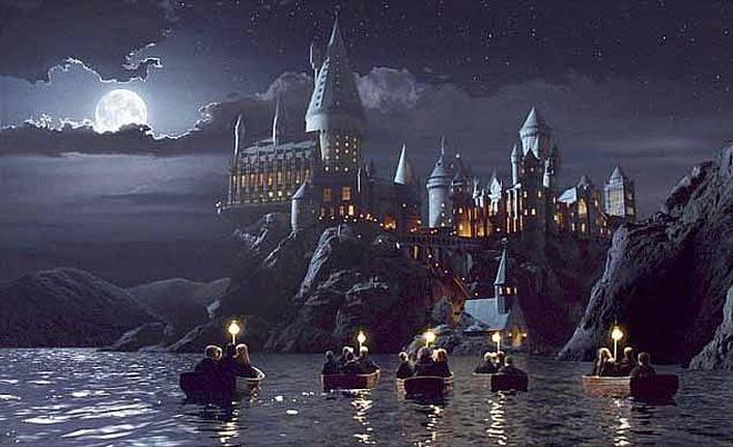 Tòa lâu đài Hogwarts nổi tiếng bất ngờ xuất hiện giữa trời, mờ ảo sau màn mây khiến dân mạng được phen xôn xao - Ảnh 2.