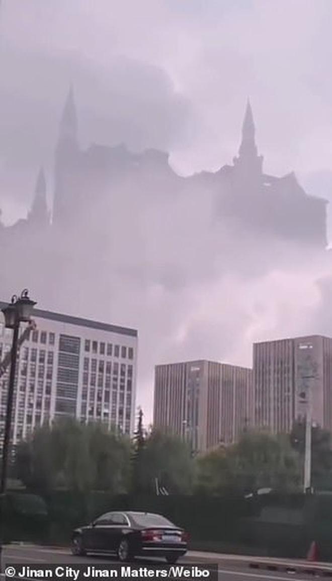 Tòa lâu đài Hogwarts nổi tiếng bất ngờ xuất hiện giữa trời, mờ ảo sau màn mây khiến dân mạng được phen xôn xao - Ảnh 3.