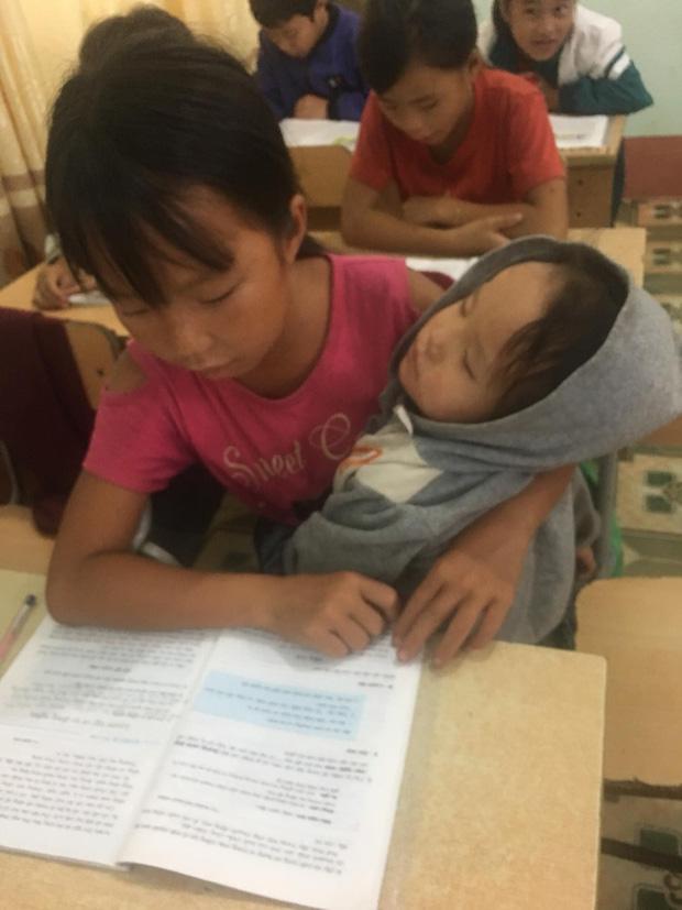 Nữ sinh lớp 5 ở vùng cao Lai Châu vừa học bài vừa bế em: Bố mẹ đi nương nên phải mang em đến lớp! - Ảnh 1.