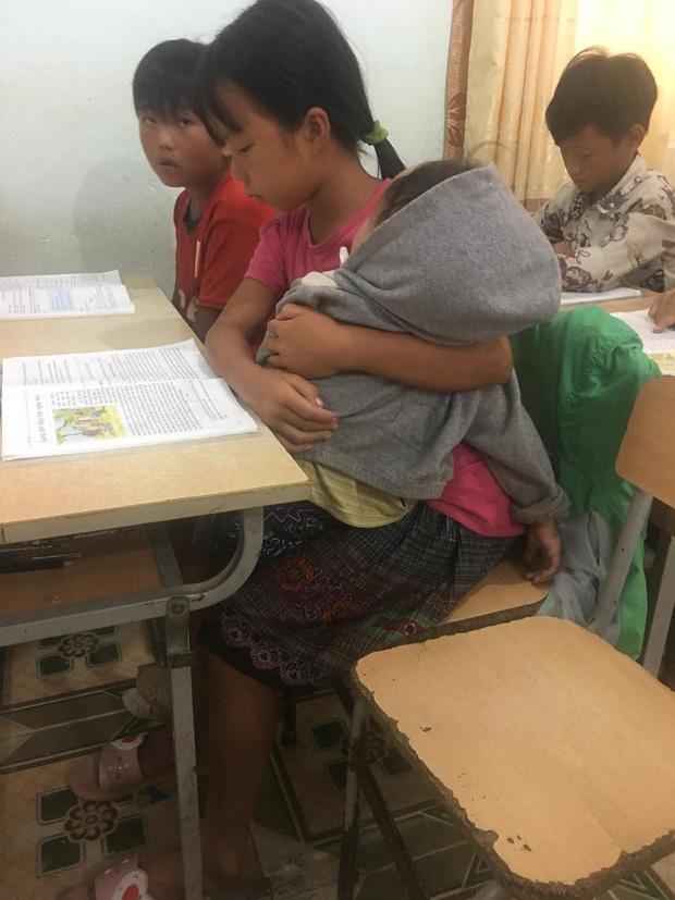 Nữ sinh lớp 5 ở vùng cao Lai Châu vừa học bài vừa bế em: Bố mẹ đi nương nên phải mang em đến lớp! - Ảnh 2.