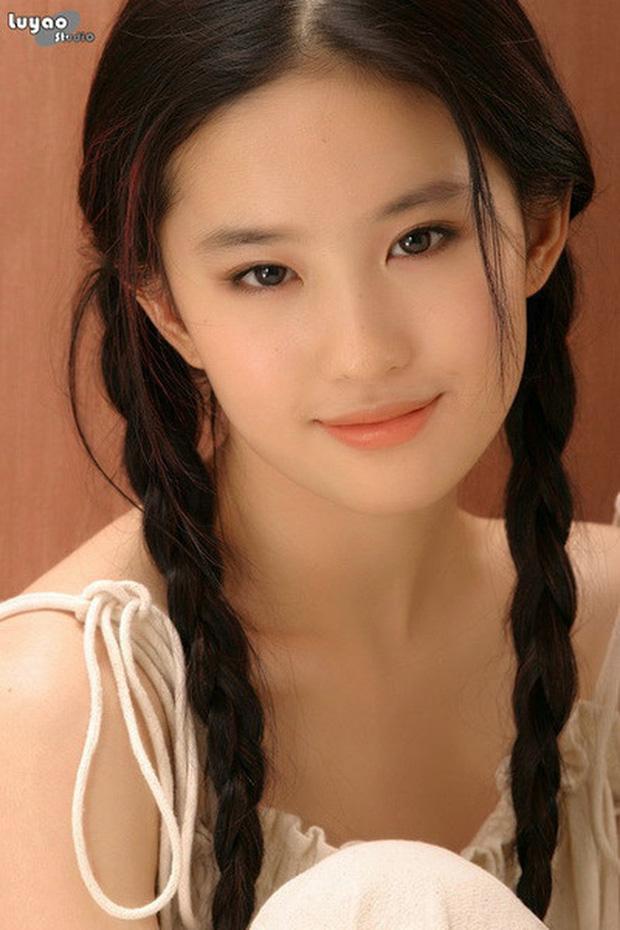 2 nàng Mulan Triệu Vy - Lưu Diệc Phi: Bê bối dài 20 năm, đời tư sặc thuyết âm mưu, người giật bồ kẻ vướng tin đồn yêu đồng tính - Ảnh 12.
