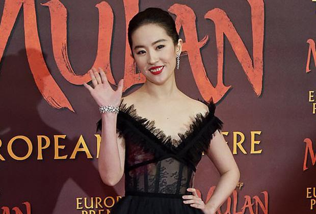 2 nàng Mulan Triệu Vy - Lưu Diệc Phi: Bê bối dài 20 năm, đời tư sặc thuyết âm mưu, người giật bồ kẻ vướng tin đồn yêu đồng tính - Ảnh 18.