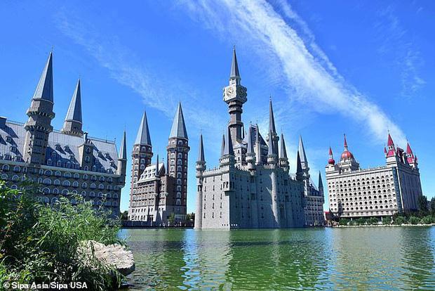 Tòa lâu đài Hogwarts nổi tiếng bất ngờ xuất hiện giữa trời, mờ ảo sau màn mây khiến dân mạng được phen xôn xao - Ảnh 4.