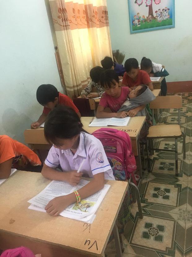 Nữ sinh lớp 5 ở vùng cao Lai Châu vừa học bài vừa bế em: Bố mẹ đi nương nên phải mang em đến lớp! - Ảnh 3.