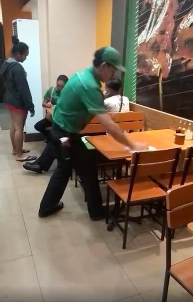 """Nghe tin dọn xong chiếc bàn cuối cùng là được về nhà, anh nhân viên liền ra tay """"múa việc"""" trong sự kinh ngạc của cư dân mạng - Ảnh 4."""