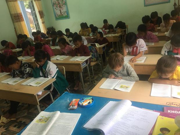 Nữ sinh lớp 5 ở vùng cao Lai Châu vừa học bài vừa bế em: Bố mẹ đi nương nên phải mang em đến lớp! - Ảnh 4.