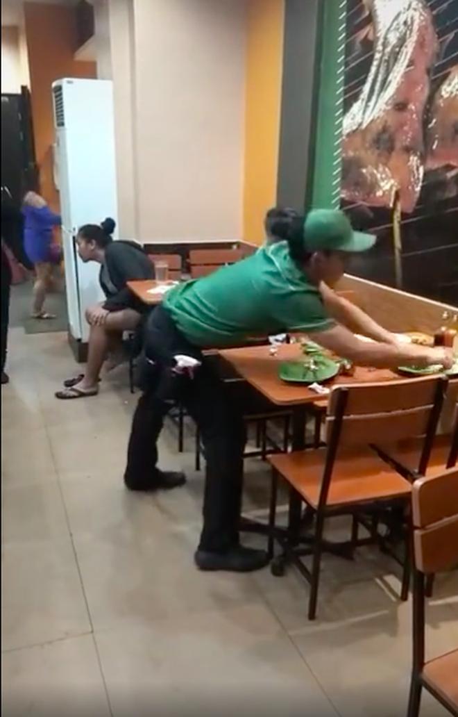 """Nghe tin dọn xong chiếc bàn cuối cùng là được về nhà, anh nhân viên liền ra tay """"múa việc"""" trong sự kinh ngạc của cư dân mạng - Ảnh 5."""