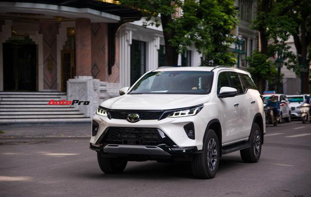 Sau cú sảy chân mất ngôi vương, mẫu SUV ăn khách của Toyota giảm tới 160 triệu đồng - Ảnh 2.