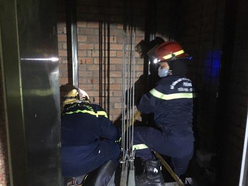 Làm rõ nguyên nhân nam nhân viên bảo trì thang máy tử vong ở toà nhà trung tâm Sài Gòn - Ảnh 1.