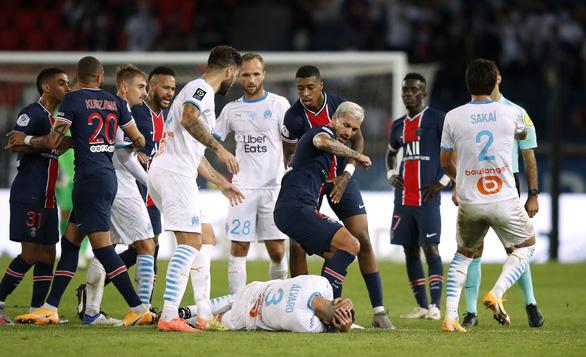 Bị phát hiện đòn đánh lén hiểm hóc, Neymar cúi mặt rời sân sau cuộc hỗn chiến 5 thẻ đỏ - Ảnh 1.