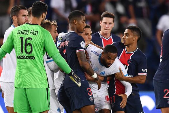 Bị phát hiện đòn đánh lén hiểm hóc, Neymar cúi mặt rời sân sau cuộc hỗn chiến 5 thẻ đỏ - Ảnh 2.