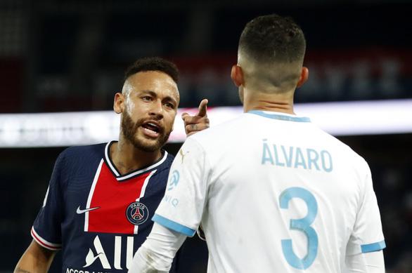Bị phát hiện đòn đánh lén hiểm hóc, Neymar cúi mặt rời sân sau cuộc hỗn chiến 5 thẻ đỏ - Ảnh 4.