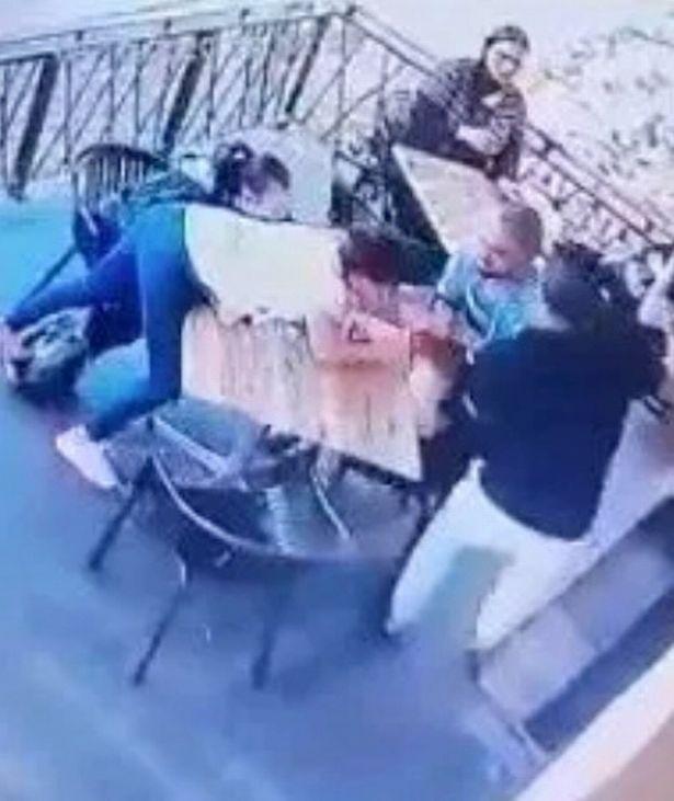 Con gái đang ngồi ăn với mẹ thì bị gã đàn ông lạ tấn công, chuyện xảy ra sau đó còn bất ngờ hơn - Ảnh 1.