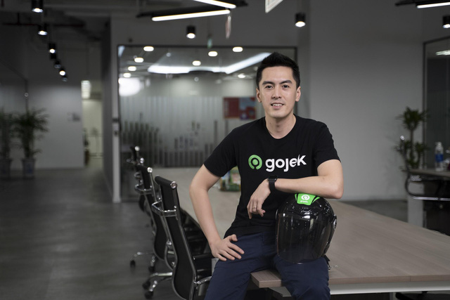 Tân CEO Gojek Việt Nam gây bão vì để lộ góc nghiêng khi bị chụp lén trong văn phòng: Cao 1m84, nói tiếng Anh như gió, biết chơi nhiều nhạc cụ - Ảnh 1.