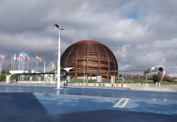 Trụ sở của CERN - nằm ở phía Tây Bắc ngoại ô Geneva, trên đường biên giới Pháp - Thuỵ Sĩ, được sáng lập năm 1954.