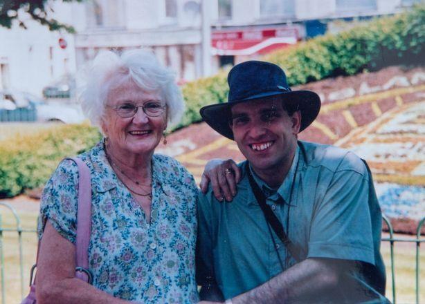 Bà Edna có con hơn Simon nhiều tuổi và 4 đứa cháu, một chắt. Ảnh: South West News Service.