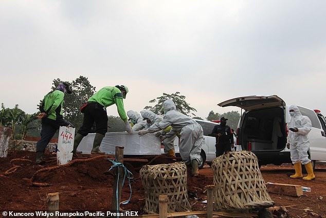 Người chống lệnh đeo khẩu trang bị phạt đi đào mộ cho người qua đời vì COVID-19 - Ảnh 1.