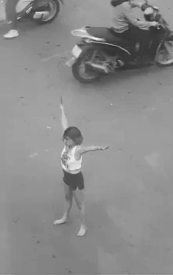 Cô gái cầm dao phần luồng giao thông giữa giao lộ Sài Gòn - Ảnh 1.